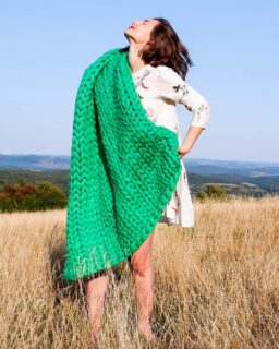 Fashion and comfort on a sunny day 🎐💚 • • • • • • • #paturafirgigant #paturaimpletita #giantthreads #giantthread #greenblanket #smooth #goodtime #beautiful #photoshoot #beautifulgirl #picoftheday #relax #summerdays #sunny #sun #nature #photography #insta #instagood #instamood #colorplay